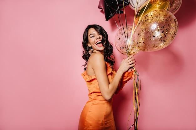 행복을 표현하는 오렌지 드레스에 만족 된 아가씨 무료 사진