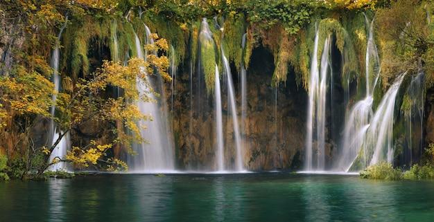 Plitvice forest lakes and waterfalls in autumn season Premium Photo