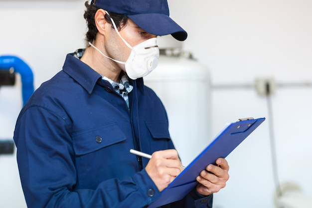Plumber at work wearing a mask, coronavirus concept Premium Photo