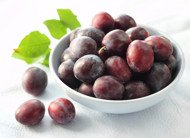 Plums in a bowl Premium Photo