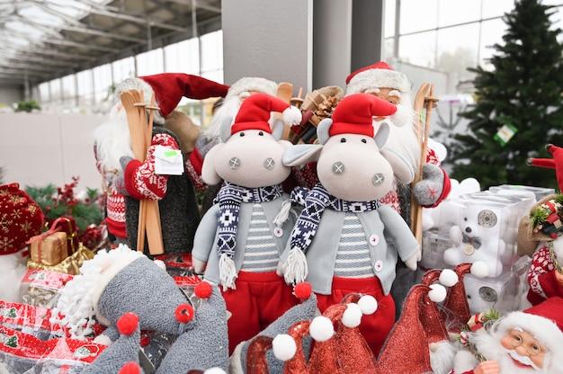 Плюшевые елочные игрушки на полке магазина. Premium Фотографии