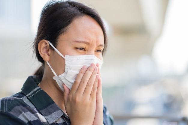 Женщина в маске защищает фильтр от загрязнения воздуха (pm2.5) Premium Фотографии