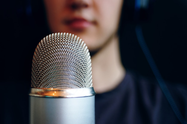 Podcast studio, microphone Premium Photo