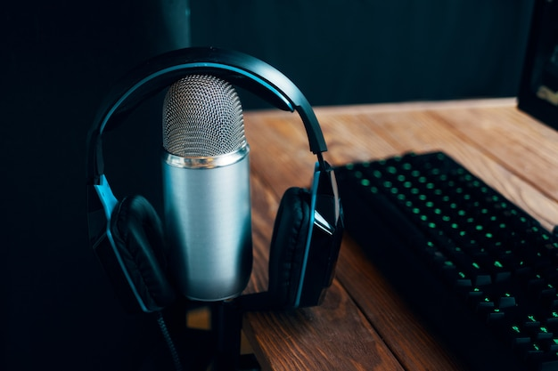 Podcast studio, microphone Premium Photo