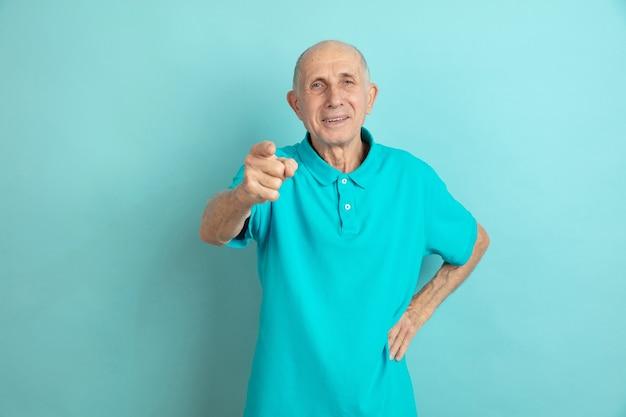 Indicando, scegliendo te. ritratto dell'uomo maggiore caucasico sullo studio blu. Foto Gratuite