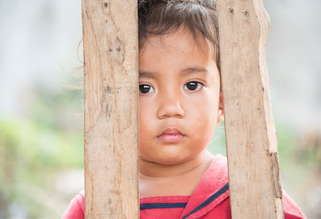 Poipet cambodiaのスラム街のカンボジアの子供たち。 Premium写真