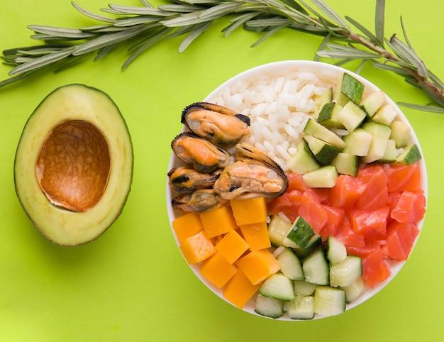 Тыкать салат на зеленом фоне крупным планом Premium Фотографии
