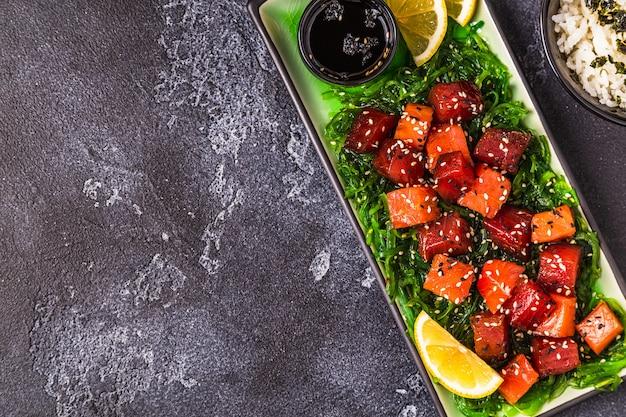 ポケ、伝統的なハワイの刺身サラダ Premium写真