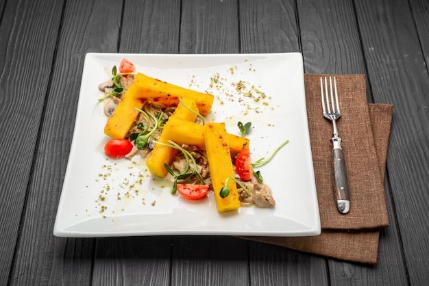 ポレンタフライ、イタリアの前菜。とうもろこしの棒。 Premium写真