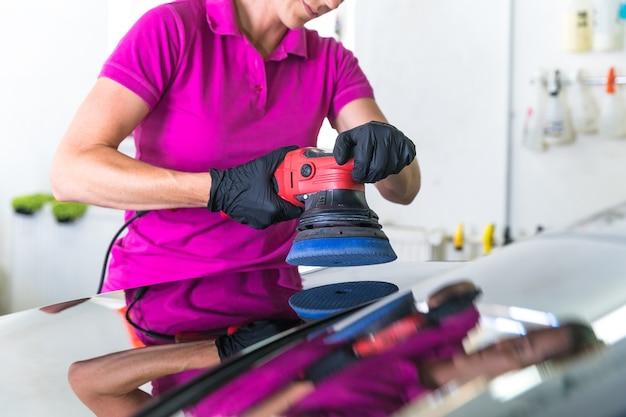Полировка кузова автомобиля механической щеткой. Premium Фотографии