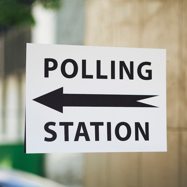 Знак избирательного участка с указанием на крупном плане окна Бесплатные Фотографии
