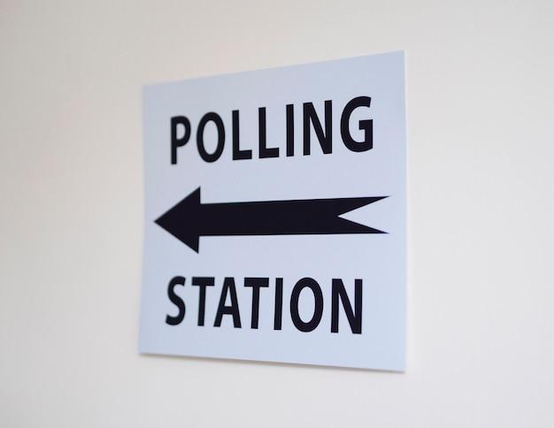 Знак избирательного участка с указанием направления Бесплатные Фотографии
