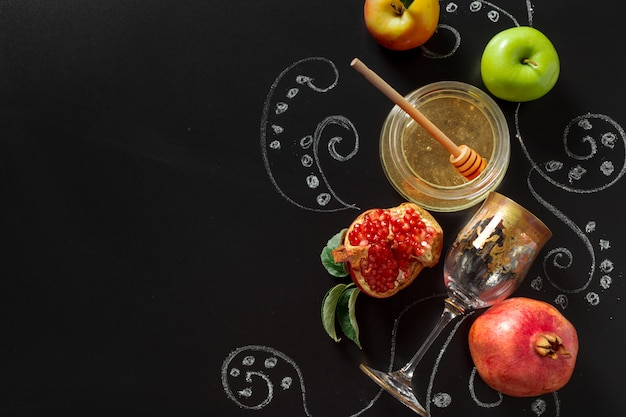Pomegranate, apple and honey for traditional holiday symbols rosh hashanah (jewish new year holiday) Premium Photo