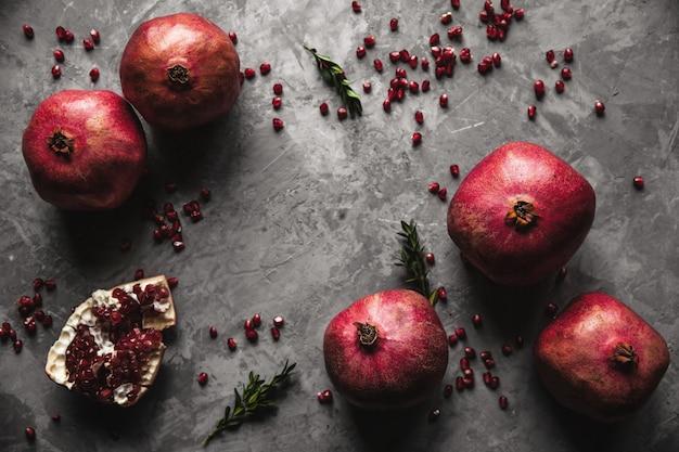 Плоды граната. спелый и сочный гранат на деревенском сером Premium Фотографии