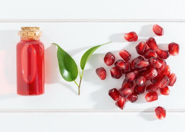 Семена граната и масло или эликсир Premium Фотографии