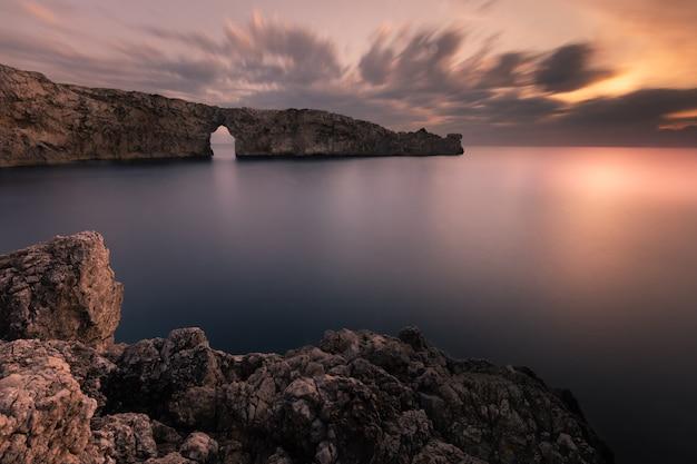 Знаменитый pont d'en gil на западном побережье менорки, балеарские острова, испания. Premium Фотографии