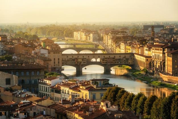 Мост понте веккио во флоренции - италия Premium Фотографии