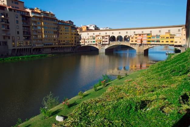 Старый мост понто веккьо через реку арно Premium Фотографии