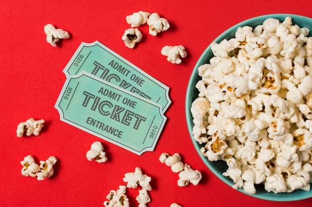 ポップコーンと映画のチケット Premium写真
