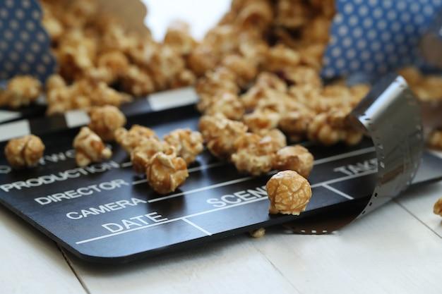 Popcorn e appunti e assicella Foto Gratuite