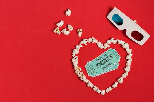 Попкорн в форме сердца с очками и билетами Бесплатные Фотографии