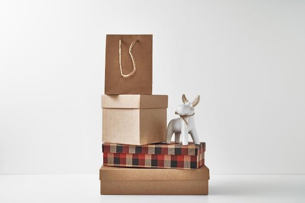 Фарфоровая фигурка новогоднего оленя и нового года, праздничный декор Premium Фотографии