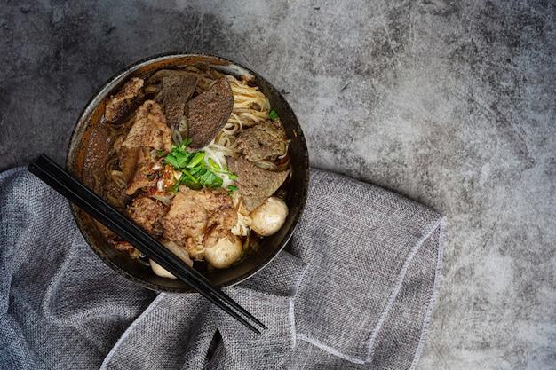Лапша из свинины, классическая тайская еда, популярные меню и готовые к употреблению супы. в чаше также есть базилик. Бесплатные Фотографии