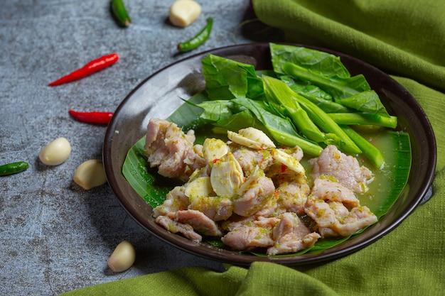 Свиные кости tom yum тайская еда, свиные ребрышки tom yum, украшенные ингредиентами. Бесплатные Фотографии
