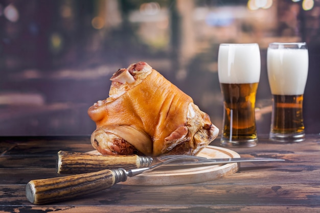 Pork knuckle, beer and pretzels Premium Photo