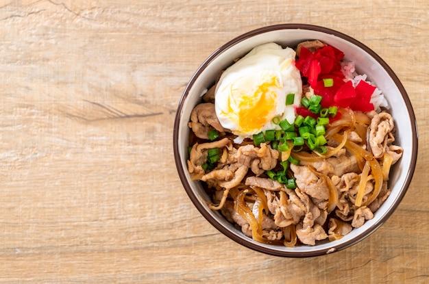 Pork rice bowl with egg (donburi) - japanese food Premium Photo