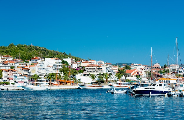 Poros, greece - june 12, 2016: beautiful view of the wonderful port in greece on the sky background Premium Photo