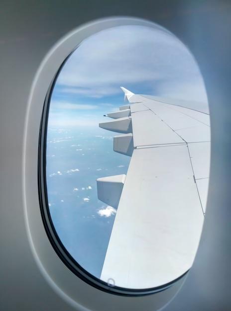 空のport窓から旅客機の翼のビュー Premium写真