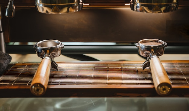 Портафильтр с кофемашиной в кафе, винтажное изображение фильтра Premium Фотографии