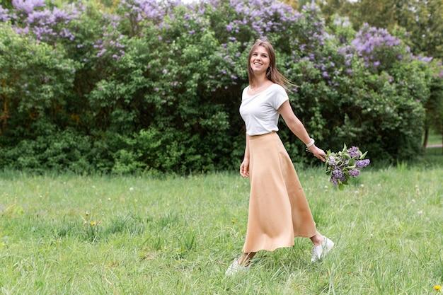Портрет женщины с букетом лаванды Бесплатные Фотографии