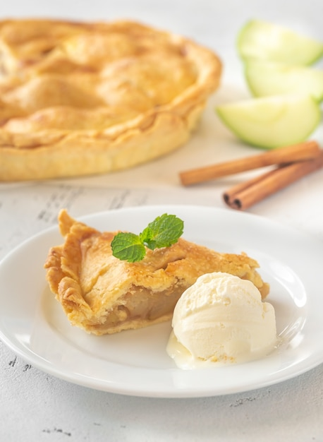 Порция яблочного пирога с шариком мороженого Premium Фотографии