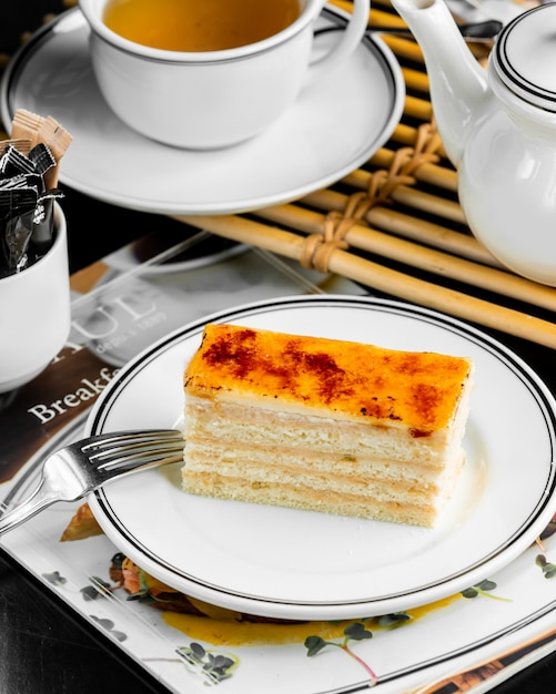 Portioned french pastry creme brulee cake layered with cream Free Photo