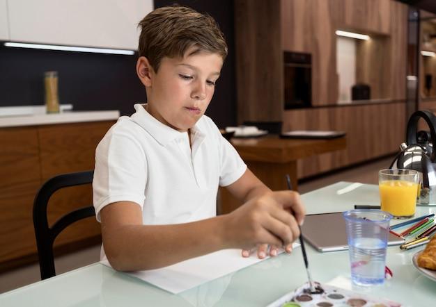 Ritratto di adorabile giovane ragazzo dipinto Foto Gratuite