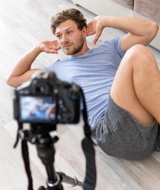 Ritratto del maschio adulto che si esercita a casa Foto Gratuite