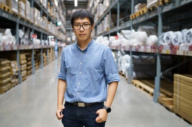 肖像画アジア人男性、スタッフ、製品カウント倉庫管理マネージャー立って、 Premium写真