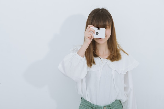 Portrait of asian woman using a vintage camera, side view, copyspace. photography in action. Premium Photo