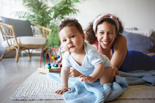Un ritratto di un neonato e di una madre Foto Gratuite