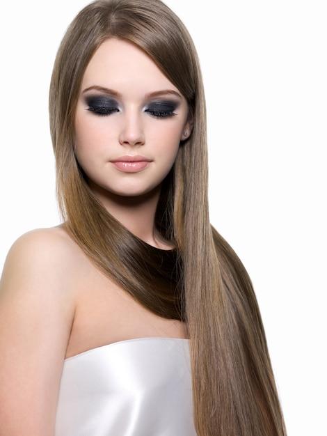 Ritratto di bella ragazza bionda con trucco luminoso degli occhi e bei capelli lisci lunghi Foto Gratuite