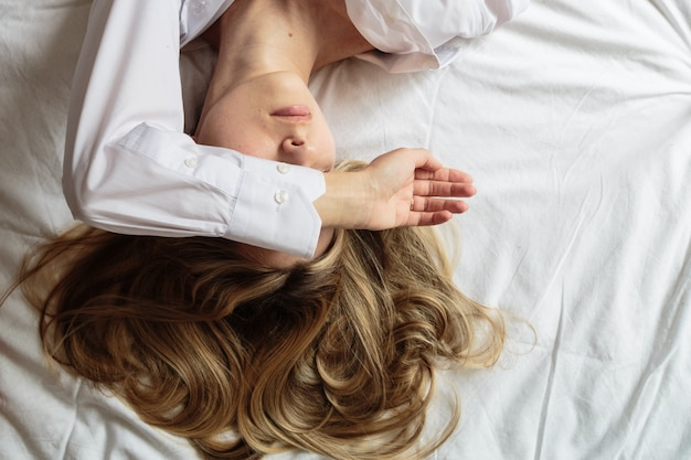 Portrait beautiful blonde woman in the bed Premium Photo