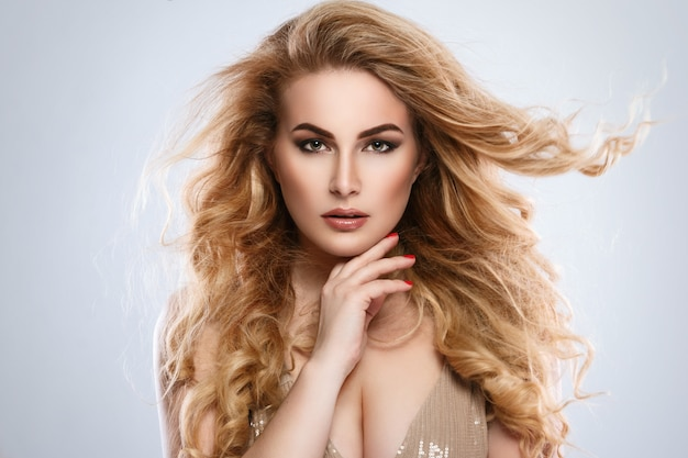 Portrait of beautiful blonde woman with curly hair Premium Photo