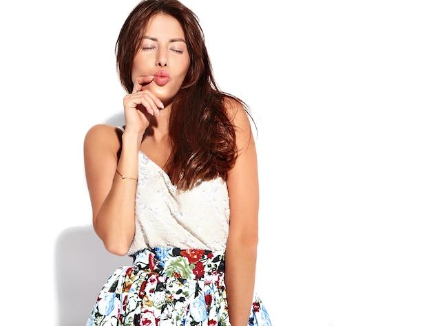 Модель женщины брюнет портрета красивая милая в вскользь одеждах лета без состава изолированного на белизне. воздушный поцелуй Бесплатные Фотографии