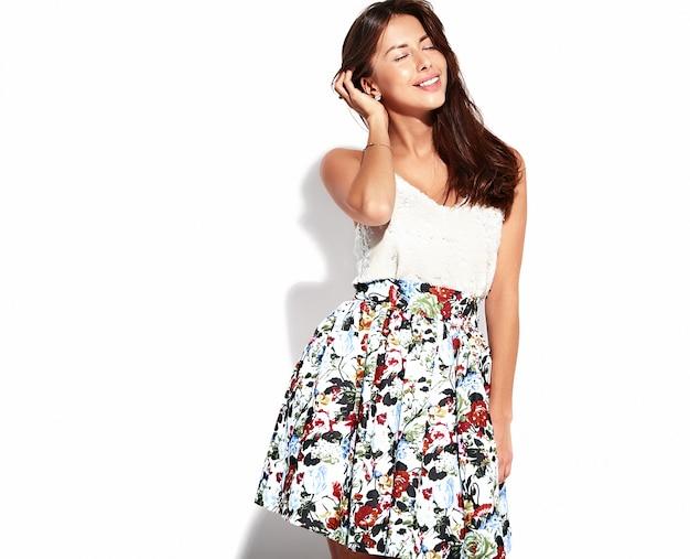 Портрет красивая милая брюнетка женщина модель в повседневной летней одежде без макияжа, изолированных на белом Бесплатные Фотографии