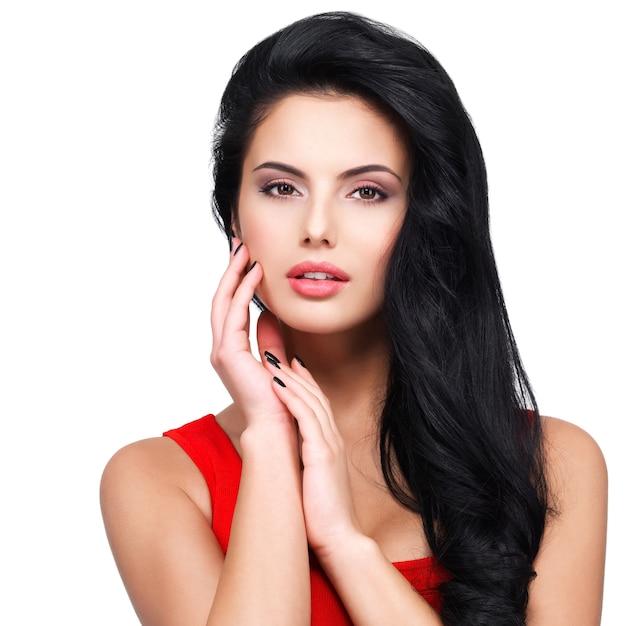 Ritratto di bel viso di una giovane donna con lunghi capelli castani in abito rosso Foto Gratuite