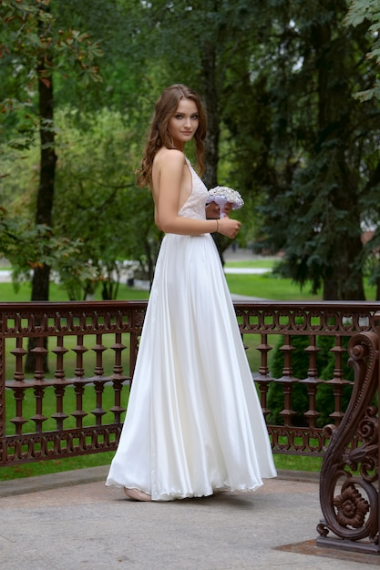 Portrait of a beautiful fashion bride, sweet and sensual. wedding make up and hair. Premium Photo