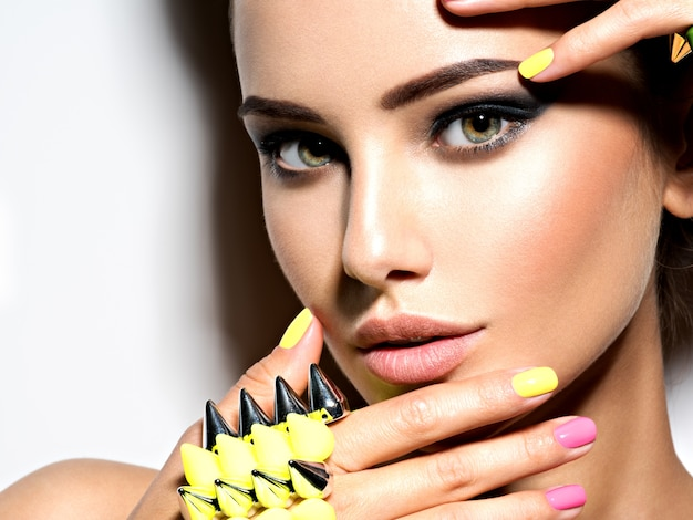 Ritratto di donna bella moda indossando il braccialetto con le spine Foto Gratuite