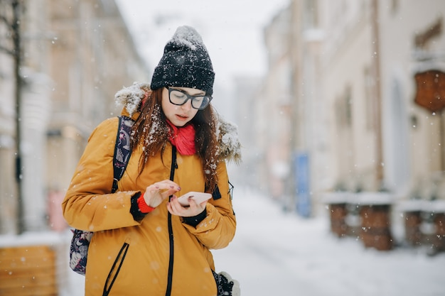 Portrait of beautiful happy young woman with smartphone Premium Photo